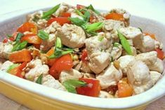 Przepis bardzo podobny do przepisów kuchni tajskiej. Kuchnia wietnamska i tajska mają ze sobą bardzo wiele wspólnego dlatego czytając o kuchni wietnamskiej można dojść do konkluzji, iż jest to praktycznie kuchnia tajska. Tego kurczaka robi się naprawdę szybko