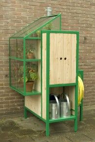 WATERCABINET  Kast voor een kleine tuin of een balkon, hij kan worden aangesloten op de regenpijp en vangt zo het regenwater op van het dak.  Anders dan een regenton wordt men gestimuleerd om het water daadwerkelijk te gebruiken. In het kasje kunnen kleine plantjes groeien, er zit een kraantje welke met een handpomp het water uit het vat pompt. Er is ruimte voor gieters, er zit een tuinslang aan en het heeft opbergruimte voor tuingereedschap.