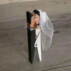 Coppia di sposi con molletta di legno