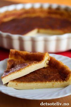 """""""Far breton"""" er en veldig klassisk fransk dessertkake som stammer fra Bretagne, nordvest i Frankrike. Konsistensen er nærmest puddingaktig og veldig liken Clafoutis, som du også finner oppskrift på her på Det søte liv i flere varianter - og hvor den mest vanlige lages med kirsebær eller aprikoser. Den aller mest berømte varianten av """"Far breton"""" lages med svisker (""""Far breton aux pruneaux""""), men det er heller ikke uvanlig å lage den med rosiner (""""Far breton aux raisins"""") eller med epler…"""