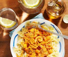En härlig orange-gul och välsmakande pastarätt med ingredienser som räkor, äpple och curry. Grädde och krossade tomater ger rätten sin krämiga konsistens.