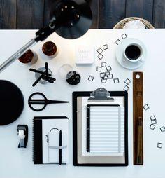 Mit einem Schreibtisch, wie z. B. SKARSTA Schreibtisch in Weiß, kannst du deine Arbeit ganz einfach ins Zentrum deines Arbeitszimmers stellen.