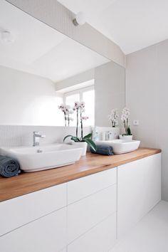 Estetickým nárokům bylo vyhověno i v prostoru koupelny a toalety. Neutrální odstíny barev v kombinaci se dřevem do nich vnesly eleganci