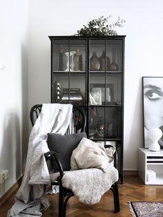 Tunnelmia viikon varrelta / Home pics Room Interior, Interior Design Living Room, Living Room Decor, Living Room Inspiration, Interior Inspiration, Small Display Cabinet, Armoire, White Houses, Scandinavian Interior