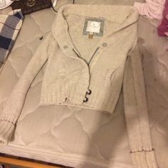 American Eagle Coat Cute knitted beige coat/cardigan from American Eagle. Has zipper and some buttons. Perfect for fall and winter!!! American Eagle Outfitters Jackets & Coats Blazers