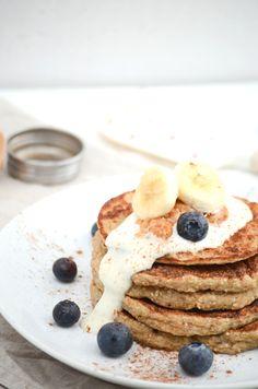 Wer mich kennt, weiß, dass ein Frühstück für mich ein absolutes MUSS ist. Dieses Mal: vegane Bananen Hafer Pfannkuchen alias Banana Oat Pancakes! :)