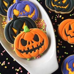 Halloween sugar cookies for 2020 that'll cast a spooky spell on you - Hike n Dip - - Make your Halloween special by baking some Halloween Cookies. Here are the best Halloween Sugar cookies ideas and royal icing decorations for your inspo. Halloween Desserts, Halloween Cupcakes, Comida De Halloween Ideas, Halloween Torte, Pasteles Halloween, Soirée Halloween, Halloween Cookie Recipes, Halloween Cookies Decorated, Halloween Sugar Cookies
