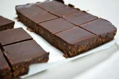 No Bake Chocolate Squares - the only work required is melting some butter and chocolate, then cut these up and freezer to pop into the lunch boxes Chocolate Slice, Chocolate Squares, Healthy Food Options, Healthy Recipes, Cake Cookies, Goodies, Food And Drink, Sweets, Bude