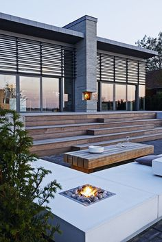 Olymp Fireplace er navnet på den gaspejs, Tor Haddeland har udviklet, hvor flammen brænder op gennem et lag af søsten. Her er gaspejsen integreret i de udendørs loungemøbler, han også har lagt streg til. Se mere på haddeland-de