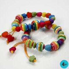 12885 Een vrolijk gekleurde armband van plastic kralen