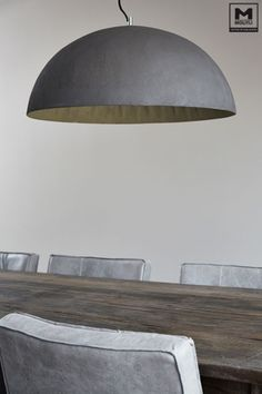 Diy lamp met betonstuc . Bewerk een oude lamp met betonstuc en je hebt een stoere stijlvolle lamp! Dining Table, House Styles, Interior Design, House Interior, Furniture, Home, Interior, Home Deco, Home Decor