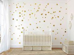 AMARAR: colar e decorar! Você vai amar decorar o quartinho do pequeno(a) daquele jeitinho especial. ********************************************************** PRODUTO 40 estrelinhas em dourado 15 estrelas: 6 cm 15 estrelas: 8 cm 10 estrelas 10cm P.S: Caso queira alterar a cor, b...