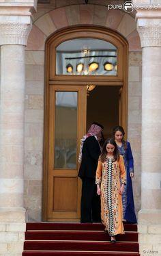 La princesse Salma et la princesse Iman de Jordanie, filles du roi Abdullah II et de la reine Rania, lors des célébrations de la Fête nationale jordanienne le 25 mai 2014, pour le 68e anniversaire de l'indépendance du royaume, au palais Raghadan à Amman.