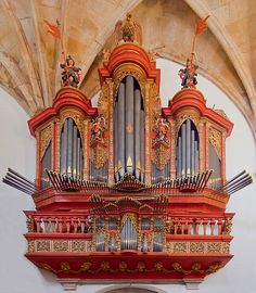 Wow! 18th cent. baroque pipe organ at the Monastery of Santa Cruz, Coimbra, Portugal.  Fantastic trumpets en chamade!