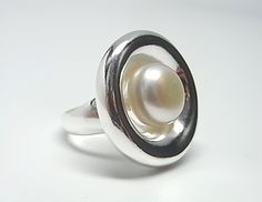 Sortija de plata de primera ley con platillo exterior y perla de boton en el centro. REF.:110245790263. PRECIO: 63,70 €