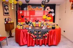 Mesa decorada con Mickey Mouse, para niño.