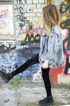 Style grunge : blouson en jean très grand