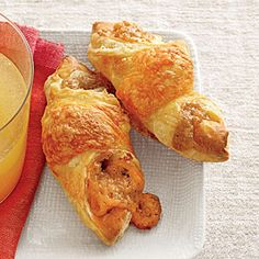 Apple Butter-and-Cheddar Puffs - Best Party Appetizer Recipes - Southernliving. Recipe: Apple Butter-and-Cheddar Puffs To get ahead, make these appetizers through Step 2 and freeze up to 1 month. Go straight to the oven from freezer Best Party Appetizers, Finger Food Appetizers, Easy Appetizer Recipes, Finger Foods, Appetizer Party, Holiday Appetizers, Yummy Appetizers, Best Apple Recipes, Fall Recipes