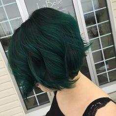 New hair color dark green emeralds Ideas Short Green Hair, Dark Green Hair, Short Dark Hair, Green Hair Colors, Short Hair With Bangs, Hair Color Dark, Hairstyles With Bangs, Cool Hairstyles, Dip Dye Hair