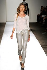 Such a hot fall look. Taupe leather pants by DL 1961, plain white shirt. Amazing
