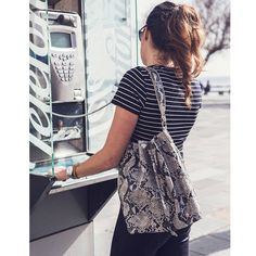 ALL TIME FAVOURITES Bucket bag | Python naturfarvet med pink foer her