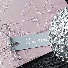 Zaproszenia w kolorze delikatnego wrzosowego różu z efektownym tłoczeniem na okładce. Przewiązane jest srebrnym sznureczkiem z bilecikiem. Dog Tag Necklace, Bracelets, Silver, Jewelry, Jewlery, Jewerly, Schmuck, Jewels, Jewelery