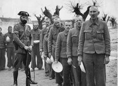 miembros de la compañía de ametralladoras de un batallón británico de internacionales, supuestamente capturados durante la Batalla del jarama el 13 de febrero de 1937 y exhibidos ante las cámaras de todo el mundo en San Pedro de Cardeña (Burgos)