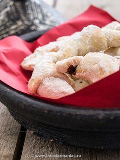 Cornulete fragede ~ bucatar maniac Romanian Food, Yummy Food, Tasty, Croissant, Confectionery, I Foods, Cornbread, My Recipes, Biscuits