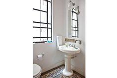 Ideas para decorar un baño antiguo  Las aberturas de los baños antiguos suelen ser amplias y le dan a los baños de este tipo una luz natural única que no se puede desaprovechar.         Foto:Archivo LIVING
