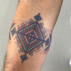Los huicholes llaman a sus ojos de Dios Sikuli, que significa el poder de ver y entender las cosas desconocidas. . . . . . . . Gracias J . . . . #ojodedios #ojodediostattoo #huichol #huicholtattoo #tattoohuichol #wixarika #wixarikatattoo Weird Tattoos, Body Art Tattoos, Sleeve Tattoos, I Tattoo, Cool Tattoos, Tatoos, Thigh Tattoos, Tatuaje Spqr, Native American Wolf