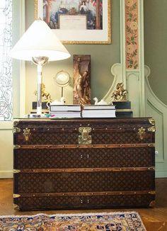 Louis Vuitton / Vintage Louis Vuitton steamer trunk as entryway table! Louis Vuitton Trunk, Louis Vuitton Suitcase, Vintage Louis Vuitton Luggage, Old Trunks, Vintage Trunks, Trunks And Chests, Vintage Chest, Antique Trunks, Suitcase Decor