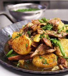 Dieses Gericht ist eine hervorragende Möglichkeit, nach einem Gans- oder Entenessen, die Reste zu verwerten. Bei uns gibt es Gänse im Oktober an Kirchweih, und an Weihnachten. Am besten sie lassen gleich ganz bewusst etwas übrig, denn das 'Gröstl' schmeckt köstlich! Die Zutaten können hier auch variiert werden. Wer keine Bohnen mehr hat nimmt einfach Sellerie, Fenchel oder auch Karotten. Auch Knödel oder Klöße vom Vortag können hier anstatt Kartoffeln verwendet werden.