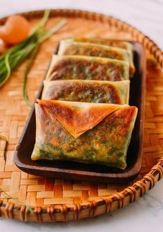 These Chinese Garlic Chive Boxes are a crispy, delicious appetizer or dim sum. You can pre-make the filling, but all other steps should be done the day you plan to serve them. This recipe makes a dozen chive boxes. Yummy Appetizers, Appetizer Recipes, Asian Appetizers, Dessert Recipes, Chinese Garlic, Garlic Chives, Good Food, Yummy Food, Asian Cooking