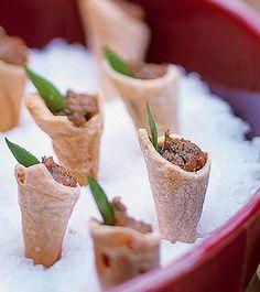 Cones folhados recheados de caviar de berinjela