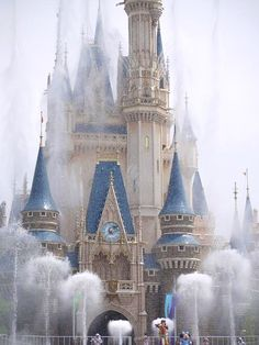 This is not rain. Cool The Heat show at Tokyo Disneyland