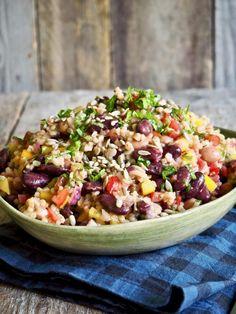 Bygg- og bønnesalat Pulled Pork, Food Inspiration, Cobb Salad, Acai Bowl, Cravings, Nom Nom, Salsa, Vegetarian, Snacks