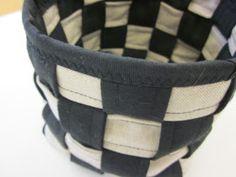 Maanantaina seiskaluokkalaiset alkoivat punoa pientä kangaskoria kangassuikaleista. Suikaleita tarvitaan yhteen koriin 4m ja 2,40m, kaht...