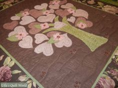 Quilted tree wall hanging with hearts by Ulla's Quilt World Hugs, Ulla