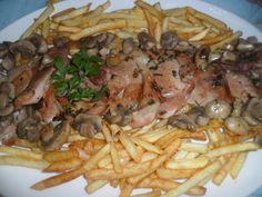 Jamón marinado con patatas y champiñones. ver receta: http://www.mis-recetas.org/recetas/show/43624-jamon-marinado-con-patatas-y-champinones #carne #jamón