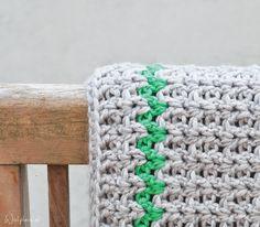 De v-steek is Opsteker van de Maand op Wolplein.nl! Bekijk de uitleg van deze leuke simpele steek en maak zelf een sjaal, tas of muts met deze haaksteek.