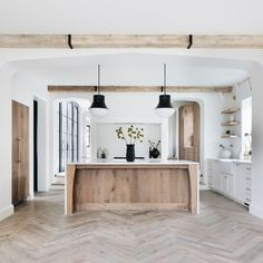 Home is where the heart is Spanish kitchen Some homeowners enjoy the vibrancy of flowers in their ya Home Decor Kitchen, Kitchen Interior, Home Kitchens, Tuscan Kitchens, Barn Kitchen, Style At Home, Spanish Kitchen, Bright Kitchens, Light Wood Kitchens