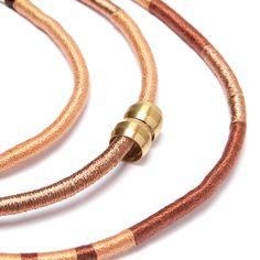Colar de corda três voltas revestido com fios metalizados em tons de dourado, café e prata e metal dourado