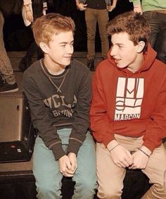 Jack J. & Shawn Mendes. Awwww do you guys remember this. It's an old picture from the Magcon Tour