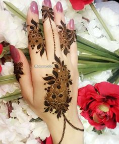 Today we are take you through our most amazing and cute mehndi designs that we have especially collected here just for you. Some of the unique henna designs that we have provided here just for you. Khafif Mehndi Design, Mehndi Designs Feet, Mehndi Designs 2018, Mehndi Design Pictures, Mehndi Designs For Girls, Dulhan Mehndi Designs, Mehandi Designs, Mehndi Images, Modern Henna Designs