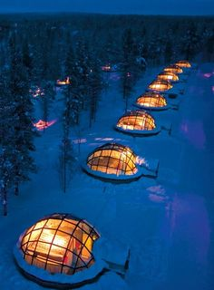 Winter glamping-Rent a glass igloo in Finland to sleep under the northern lights. Hotel Kakslauttanen is located in the Saariselkä fell region amidst beautiful Lapland scenery in the vicinity if Urho Kekkonen National Park. 20 glass igloos have thermal panes that keep them warm and prevent frosting.