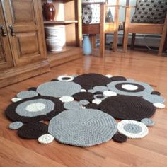 Crochet Circle Area Rug, Natural colored Wool -- This would be fun to make in licorice allsorts colors. Crochet Mat, Crochet Carpet, Crochet Motifs, Crochet Home, Crochet Crafts, Crochet Projects, Craft Projects, Crochet Patterns, Diy Y Manualidades