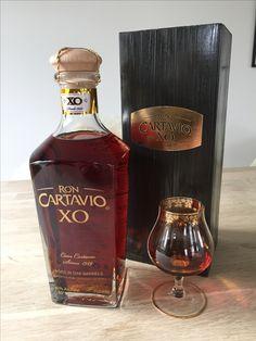 """Ron Cartavio XO er en absolut anbefalelsesværdig, kompleks rom, der kombinerer det søde og det krydrede i en fantastisk balance. Smagsnoterne er mangfoldige og byder bl.a. også på citrus og tørre frugter. Ron Cartavio XO indeholder blended rom fra 10 til 30 år gammel med en forventet gennemsnitsalder på omkring 18 år. Flasken er flot designet og kommer i et gaverør. Vandt den største pris """"Best in Class"""" i kategorien """"Premium Aged Rum"""" ved Miami Rum Festival 2015."""