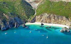 É um dos santuários naturais mais bonitos de Portugal e está repleto de sítios para descobrir. 12 fantásticos locais para visitar na Serra da Arrábida.
