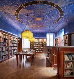 Un'altra immagine della Albertine, una bellissima libreria francese inaugurata il 26 settembre 2014 a New York.