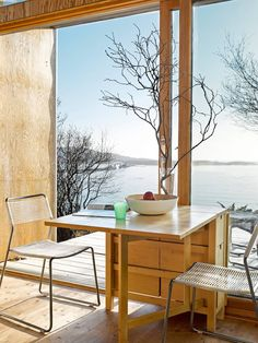 What a fantastic spot for breakfast! Compact living in this cabin in Stokkøya, Norway. (Copyright: Hytteliv.no/Per Erik Jæger)